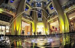 <p>Guests walk past one of the fountains at the Burj Al Arab hotel in Dubai July 14, 2008. REUTERS/Jumana El Heloueh</p>