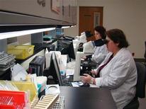 <p>Due donne al lavoro in un laboratorio ospedaliero. REUTERS/Chris Baltimore</p>