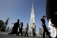 <p>Burj Khalifa, la plus haute tour du monde, inaugurée en grande pompe lundi à Dubaï, mesure 828 mètres de hauteur, soit un peu moins de trois fois la tour Eiffel. /Photo prise le 4 janvier 2009/REUTERS/Ahmed Jadallah</p>