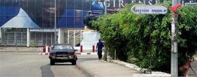 <p>Dans une rue de Libreville. Les Gabonais sont désormais priés de commencer plus tôt la journée de travail et d'oublier la traditionnelle pause de deux heures de la mi-journée. /Photo d'archives/REUTERS/Daniel Magnowski</p>
