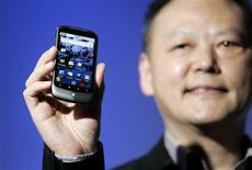 <p>Peter Chou, director ejecutivo de HTC, muestra un teléfono móvil Google Nexus One durante su presentación en Mountain View, EEUU, ene 5 2010. Google Inc develó el martes su teléfono inteligente, que el gigante de internet dijo que venderá directamente a los consumidores por 529 dólares, en su versión desbloqueada, y por 179 con un contrato en Estados Unidos con la empresa de servicios móviles T-Mobile. REUTERS/Robert Galbraith</p>