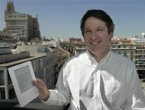 <p>Ian Freed, vice presidente di Amazon Kindle, con in mano un e-reader Kindle. REUTERS/Dani Cardona</p>