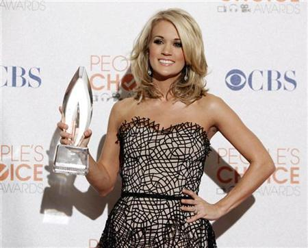 Singer Carrie Underwood poses with her award for favorite country artist at the 2010 People's Choice Awards in Los Angeles January 6, 2010. REUTERS/Danny Moloshok