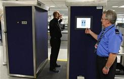 <p>Una guardia si prepara a scannerizzare un collega con un body scanner all'aeroporto di Manchester, in un test. REUTERS/Phil Noble</p>