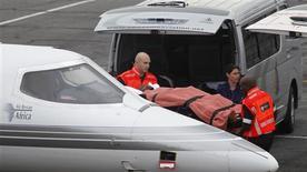 <p>O goleiro reserva da seleção do Togo, Kodjovi Obilale, chega de maca ao aeroporto de Lanseria, após ser enviado a Johanesburgo para tratamento médico no dia 9 de janeiro. Um técnico auxiliar e o assessor de imprensa da seleção morreram no ataque ao ônibus da equipe no sábado, durante viagem rumo à Copa das Nações Africanas na Angola. O motorista também foi morto e mais sete ficaram feridos. REUTERS/Siphiwe Sibeko</p>