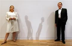 """<p>Foto arquivo mostra Isabelle Maeght (esq.) da Fundação Aime Maeght e Edmund Capon, diretor da galeria de Arte de New South Wales, posando ao lado da sombra das esculturas """"Homme qui marche I & II"""" em Sydney, no dia 17 de agosto de 2006. Algumasdas raras esculturas de bronze de Alberto Giacometti serão leiloadas na casa de leilão Sotheby's no próximo mês. REUTERS/Tim Wimborne</p>"""