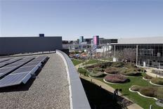 <p>Na sede do Google em Mountain View, Califórnia, cerca de 30% da energia usada pela companhia é gerada por painéis de energia solar. Foto arquivo do dia 3 de março de 2008. O Google registrou um pedido com a principal reguladora do setor energético dos Estados Unidos para negociar eletricidade no atacado, o que ajudará a empresa a obter energia renovável para seus centros de dados. REUTERS/Erin Siegal</p>