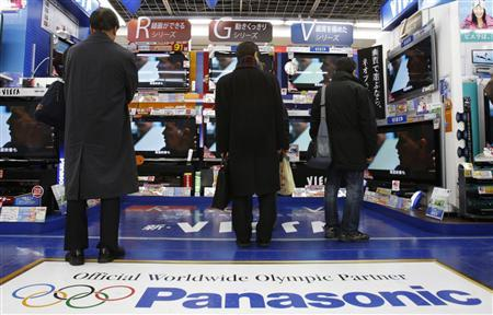 People look at Panasonic plasma televisions displayed at an electronics store in Tokyo January 8, 2010. REUTERS/Yuriko Nakao