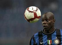 <p>Il calciatore dell'Inter Mario Balotelli durante una partita di serie A contro il Catania. REUTERS/Alessandro Garofalo</p>