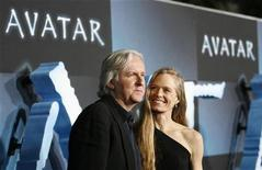 """<p>Режиссер Джеймс Кэмерон (слева) со своей супргуой Сьюзи Эмис на премьере фильма """"Аватар"""" в Голливуде 16 декабря 2009 года. Эпический блокбастер """"Аватар"""" Джеймса Кэмерона четвертую неделю кряду продолжает лидировать по кассовым сборам и близок к рекорду, установленному в 1997/1998 годах """"Титаником"""", также снятым канадским режиссером. REUTERS/Mario Anzuoni</p>"""
