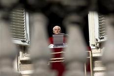 <p>Papa Benedetto XVI durante l'Angelus di ieri. REUTERS/Max Rossi</p>