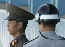 <p>Солдаты армий КНДР (слева) и Южной Кореи стоят на границе между государствами в деревне Пханмунчжом в демилитаризированной зоне 30 сентября 2009 года. Северная Корея хочет поскорее заменить на мирный договор соглашение с Южной Кореей о прекращении огня, положившее конец корейской войне 1950-1953 годов, чтобы завоевать доверие США и оживить переговоры о ядерном разоружении. REUTERS/Jo Yong-Hak</p>
