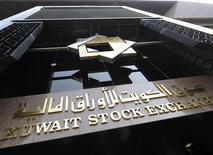 <p>Здание фондовой биржи в Кувейте 13 ноября 2008 года. Здание фондовой биржи в Кувейте было закрыто в понедельник после сообщения о том, что в нем заложена бомба, сообщил представитель биржи. REUTERS/Stephanie Mcgehee</p>