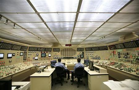 Nuclear reactor operators man the control room as they await the arrival of U.S. President George W. Bush at Browns Ferry Nuclear Plant in Athens, Alabama, June 21, 2007. REUTERS/Kevin Lamarque