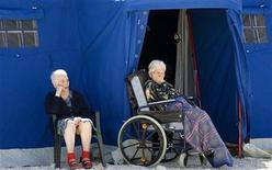 <p>Anziani davanti a una tenda nei pressi di Paganica, L'Aquila. Foto d'archivio. REUTERS/Max Rossi</p>