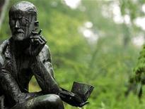 """<p>Памятник ирландскому писателю Джеймсу Джойсу на его могиле на кладбище в Цюрихе 16 июня 2004 года. Ирландский писатель Джеймс Джойс, автор """"Улисса"""", скончался в Цюрихе 13 января 1941 года. REUTERS/Sebastian Derungs</p>"""