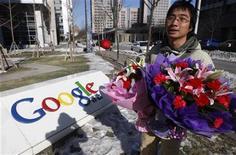 <p>Un usuario chino de Google sostiene ramos de flores que dejará frente de la sede de la empresa en Pekín, 13 ene 2010. El anuncio del gigante estadounidense Google de que podría abandonar China por la censura y la piratería de sus servicios generó el miércoles aplausos, alerta y ofrendas florales de los disidentes y activistas de internet, con pocos divisando la posibilidad de que el receloso Gobierno ceda. REUTERS/Jason Lee(IMAGENES DEL DIA)</p>