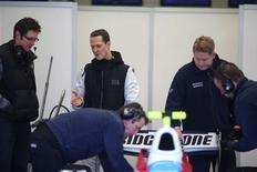 <p>Michael Schumacher inspeciona o carro de GP2, na Espanha. Schumacher pode lamentar sua saída da Ferrari porque Fernando Alonso está perfeitamente apto a derrotar o alemão na disputa pelo título mundial de novo, disse o chefe da equipe italiana, Stefano Domenicali.13/01/2010.REUTERS/HO/Mercedes-Benz/Malcolm Griffitths</p>