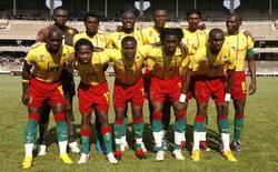<p>Сборная Камеруна по футболу перед товарищеским матчем с командой Кении в Найроби 9 января 2010 года. Признанные лидеры африканского футбола продолжают неприятно удивлять своих болельщиков на Кубке африканских наций - в среду в матче группы D сборная Камеруна уступила команде Габона 0-1. REUTERS/Noor Khamis</p>