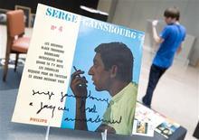 """<p>Foto arquivo mostra um disco autografado do falecido cantor francês Serge Gainsbourg, para o cantor belga Jacques Brel, exposto durante exibição da casa de leilões Sotherby's em Paris no dia 3 de outubro de 2008. Gainsbourg, o criador do clássico """"Je t'aime moi non plus"""" será revivido em filme da diretora Joann Sfar. REUTERS/Gonzalo Fuentes</p>"""