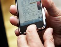 <p>A la recherche de son modèle économique, la presse française en ligne tend vers l'adoption massive en 2010 d'une offre mixte, avec des contenus gratuits et payants. Elle compte également tirer profit de la généralisation de supports mobiles, du type iPhone d'Apple, pouvant héberger des sites mixtes plus évolués technologiquement. /Photo d'archives/REUTERS/Mike Segar</p>