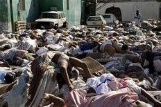 <p>Тысячи тел погибших лежат у здания главной больницы Порт-о-Пренса 14 января 2010 года. Жители разрушенной землетрясением гаитянской столицы Порт-о-Пренс, отчаявшись получить гуманитарную помощь, в четверг в знак протеста заблокировали дороги телами погибших. REUTERS/UN Photo/Logan Abassi/Handout</p>