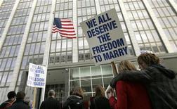 <p>Сторонники однополых браков устраивают демонстрацию перед зданием суда в Сан-Франциско 11 января 2010 года. Легализация однополых браков принесет материальную выгоду Сан-Франциско, сказал местный экономист в четверг. REUTERS/Robert Galbraith</p>