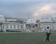 <p>Homem passa em frente à ruínas do Palácio Presidencial do Haiti, em Porto Príncipe. REUTERS/Reuters TV</p>