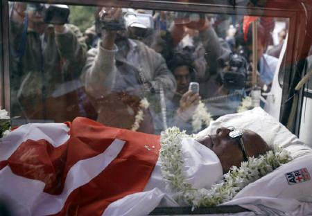 The body of India's veteran communist leader and former chief minister of West Bengal Jyoti Basu is brought to his residence in Kolkata January 17, 2010. Basu, the patriarch of Indian communism whose pragmatic politics twice saw him coming close to becoming prime minister, died on Sunday. REUTERS/Parth Sanyal
