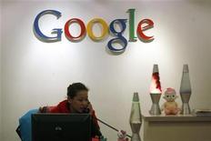 <p>Una recepcionista en las oficinas de Google en Hong Kong, 14 ene 2010. Google está investigando si uno o más empleados podrían haber ayudado a facilitar un ciberataque del que el gigante de búsquedas estadounidense dijo ser víctima a mitad de diciembre, dijeron dos fuentes a Reuters el lunes. REUTERS/Tyrone Siu</p>