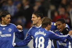 <p>Os jogadores do Schalke Edu, Kevin Kuranyi, Rafinha e Jefferson Farfan (da esquerda para a direita) comemoram um gol contra o Nuremberg pelo Campeonato Alemão. Em Gelsenkirchen, 17 de janeiro de 2010. REUTERS/Ina Fassbender</p>