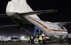 <p>Гуманитарную помощь для Гаити загружают в самолет в аэропорту Барселоны 15 января 2010 года. Евросоюз и государства, входящие в него, предложили более 400 миллионов евро ($575,6 миллионов) долгосрочной помощи Гаити после землетрясения, сообщили представители блока в понедельник. REUTERS/Albert Gea</p>