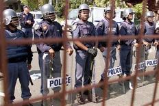 <p>Южноафриканские полицейские в Йоханнесбурге 26 августа 2002 года. Полиция разыскивает двоих человек, угрожавших в телевизионной программе грабить и убивать футбольных фанатов во время Чемпионата мира 2010 года, который пройдет в Южной Африке.</p>