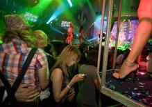 <p>Посетители танцуют в одном из ночных клубов Москвы 14 июня 2008 года. REUTERS/Thomas Peter</p>
