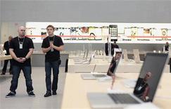 <p>Commessi nel nuovo Apple store a New York, 12 novembre 2009. REUTERS/Lucas Jackson</p>