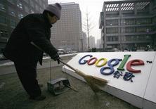 <p>Un inserviente pulisce il logo di Google China a Pechino. REUTERS/Alfred Jin</p>