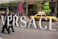 """<p>Пешеходы проходят мимо бутика Versace в Нью-Йорке 8 октября 2009 года. Итальянский модный дом Versace выпустит свой первый мобильный телефон класса """"люкс"""". REUTERS/Lucas Jackson</p>"""