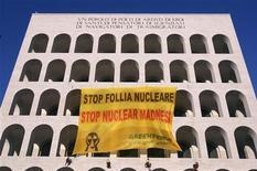 <p>Attivisti di Greenpecae impegnati ieri a Roma in una protesta contro il nucleare. REUTERS/Tony Gentile</p>