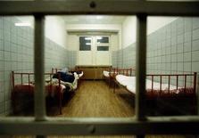 <p>Мужчина спит в палате медвытрезвителя в Москве 26 февраля 1997 года. Томский журналист, избитый до комы 26-летним милиционером в вытрезвителе в новогодние праздники, скончался в среду, сообщили российские агентства, передав также слова следователей о том, что арестованный сотрудник милиции объясняет свои действия стрессом и проблемами в личной жизни. REUTERS/Dima Korotayev</p>