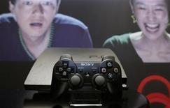 <p>La nueva consola PS3 de Sony Computer Entertainment es exhibida en una conferencia de prensa en Tokio, 19 abr 2009. La japonesa Sony anunció que pospondrá para el otoño boreal del 2010 la presentación de un mando inalámbrico con sensor de movimiento para su PlayStation 3, en lo que supone el segundo retraso de un lanzamiento importante de producto en el mismo número de semanas. El mando, cuando se utiliza con una cámara especial para la PS3, detecta el movimiento de la mano del usuario, y dará previsiblemente a Sony más fuerzas para competir con la consola Wii de su rival, Nintendo. REUTERS/Yuriko Nakao/Archivo</p>