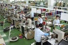 <p>Рабочие в промышленном парке Kaesong в Северной Корее 30 сентября 2009 года. Переговоры между Северной и Южной Кореями о работе совместного промышленного проекта завершились неудачей, усугубив экономические проблемы Пхеньяна и усилив напряжение на Корейском полуострове. REUTERS/Unification Ministry/Handout</p>