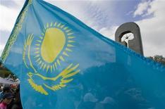 """<p>Флаг Казахстана на фоне монумента """"Сильнее смерти"""" в Семипалатинске 18 июня 2009 года. США призывают Казахстан использовать председательство в Организации по Безопасности и сотрудничеству в Европе (ОБСЕ) для улучшения ситуации с соблюдением прав человека в стране и быть """"примером"""" для других стран. REUTERS/Shamil Zhumatov</p>"""
