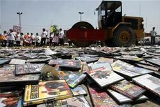 <p>Distruzione di Dvd e Cd pirata in una foto d'archivio. REUTERS/Enrique Castro</p>