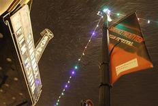 <p>Un anuncio del Festival de Cine de Sundance en una de las calles de Park City, EEUU, ene 20 2010. YouTube, el sitio en internet de videos de Google Inc, dijo el viernes que comenzará a probar un servicio de arriendo de películas en internet con filmes independientes del Festival de Cine Sundance. REUTERS/Mario Anzuoni</p>
