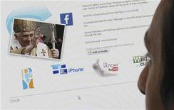 <p>Il Papa Bendetto XVI in un'applicazione per Facebook. La foto è del 22 maggio 2009. REUTERS/Jonathan Bainbridge</p>