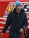 <p>O campeão de MotoGP Valentino Rossi anda pelo paddock da Ferrari. A Yamaha está preocupada com a possibilidade de perder Valentino Rossi para a Fórmula 1 após o campeão mundial de MotoGP registrar bons tempos em testes realizados com a Ferrari nesta semana.REUTERS/Albert Gea</p>