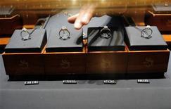 <p>Una commessa prende un anello con diamante dalla vetrina di una gioielleria a Hefei, nella provincia cinese di Anhui . REUTERS/Stringer</p>