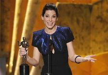 """<p>Sandra Bullock recebe prêmio de melhor atriz no Screen Actors Guild Awards em Los Angeles. """"Bastardos Inglórios"""", do diretor Quentin Tarantino, conquistou no sábado seu maior prêmio até agora, levando o prêmio principal do Screen Actors Guild (SAG). Jeff Bridges e Sandra Bullock foram saudados como melhor ator e atriz de 2009, em uma noite em que nenhum filme dominou a competição, mas que abriu caminho para as duas estrelas brilharem no Oscar em março.23/01/2010.REUTERS/Mike Blake</p>"""