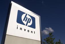 <p>Логотип HP рядом с международным офисом компании в городе Мерен, Швейцария. 4 августа 2009 года. Hewlett запускает в Европе музыкальный сервис, надеясь удовлетворить растущие аппетиты потребителей. REUTERS/Denis Balibouse</p>