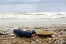 <p>Обломки кресел лайнера Ethiopian Airlines, упавшего в море после взлета в аэропорту Бейрута 25 января 2010 года. Самолет эфиопской авиакомпании Ethiopian Airlines, на борту которого находились 90 человек, упал в Средиземное море практически сразу после вылета из Бейрута ранним утром в понедельник. REUTERS/Mohamed Azakir</p>